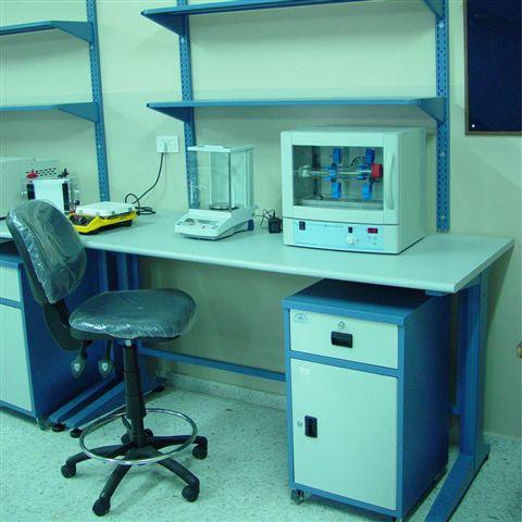 95. רהיטי מעבדה, מתכת ועץ