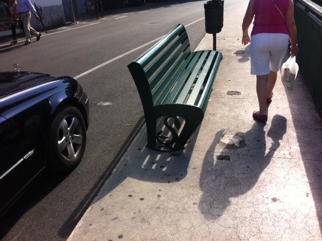 20. ספסל רחוב מתכת