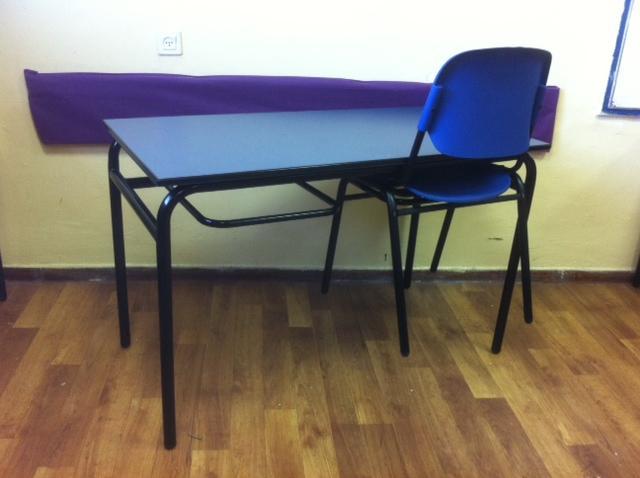 109. שולחן עם מיתקן לתלית כסאות
