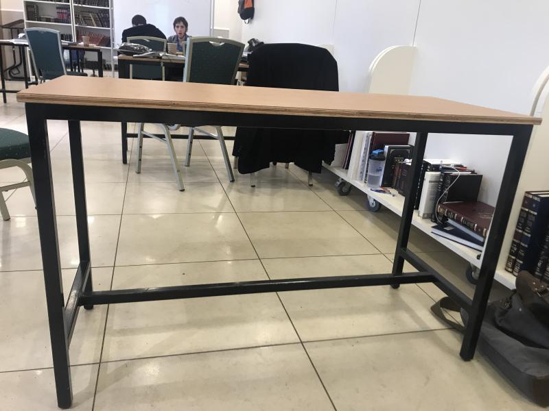 351.שולחן לימוד עם קושרת לרגליים