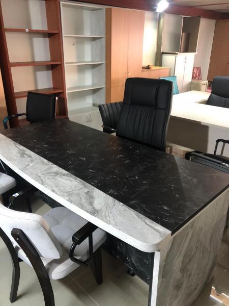 21. שולחן מנהל
