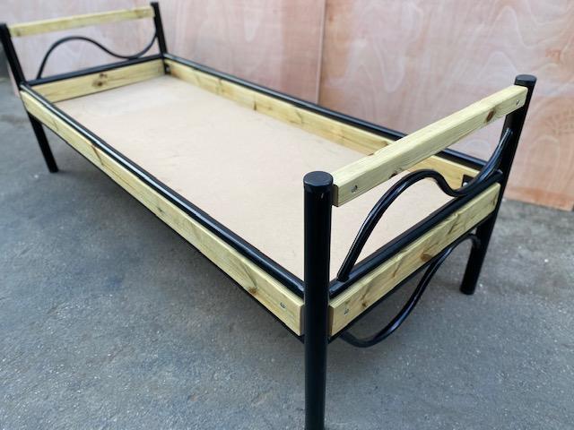 2. מיטת עץ מתכת