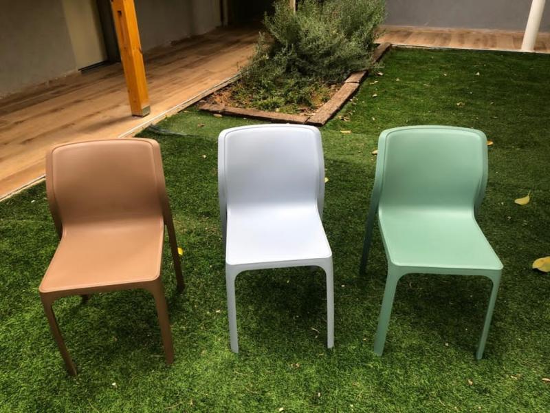 397. כיסאות יצוקים