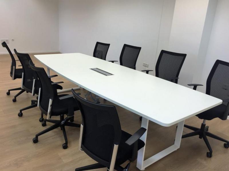 5. שולחן ישיבות לבן