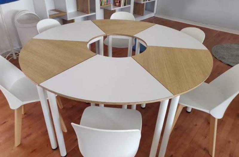 5. שולחן לבן בשילוב עץ מתפרק ל-6 חלקים