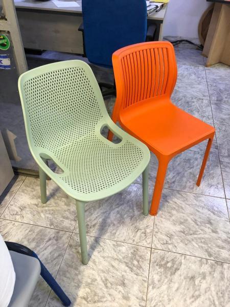 270.כיסאות יצוקים